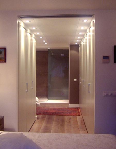 Baño Vestidor Arquitectura:la entrada de la ducha se colocó esta celosía de madera para