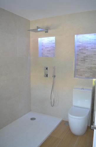 Alt= Baño con hornacinas retroiluminadas por Led